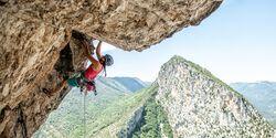 Anna Stöhr klettert Ali Baba (8a+, 250m) in Aiglun