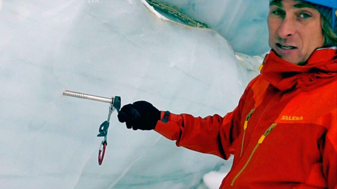 Eiskletter-Knowhow: Bergführer Michi Wärthl zeigt Einrichten von Abalakov-Schlinge