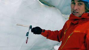 KL Bergführer Michi Wärthl zeigt wie eine Abalakov-Sanduhr gebaut wird teaser