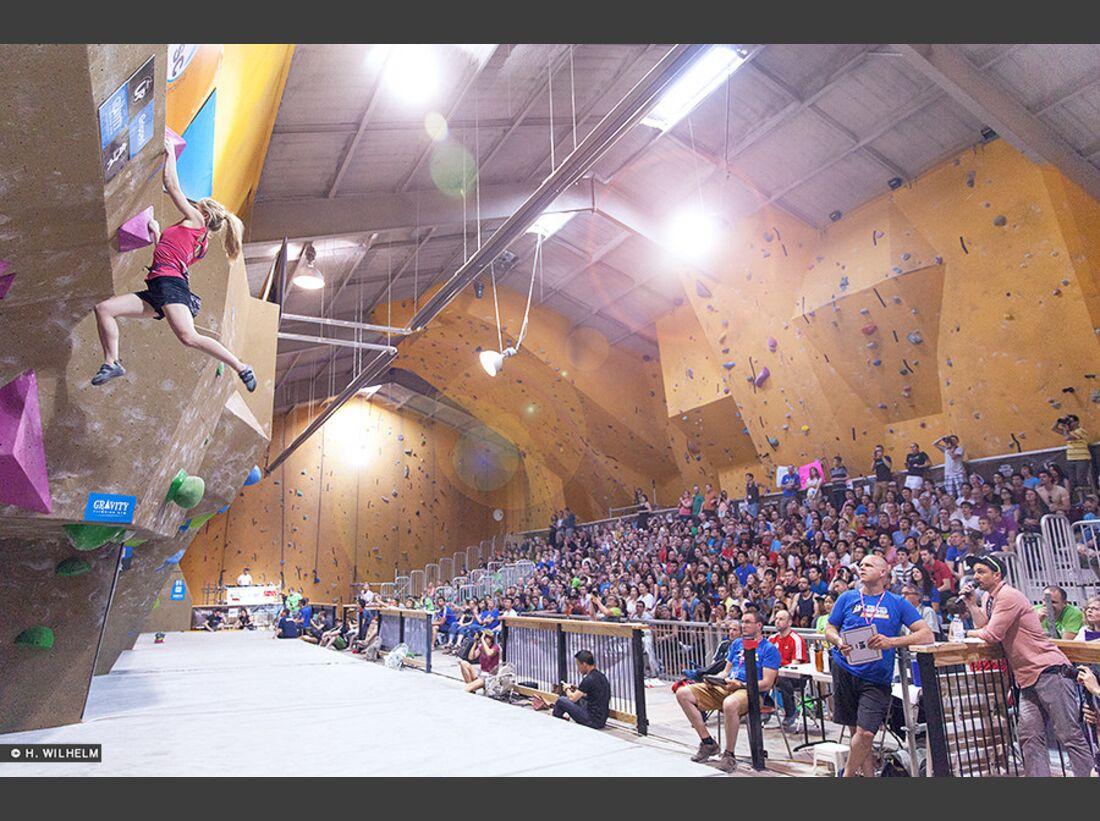 KL-Boulder-Weltcup-Toronto-2014-Shauna-Coxsey-crowd-14348223983_49c54700af_b (jpg)
