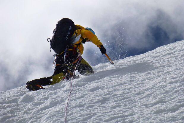 KL CEWE Fotowettbewerb 2013 Leserfotos Simone Holzmann - Lesertext: Bild 1: Beim Aufstieg auf Pequeno Alpamayo (5.370m). Um Eisschrauben zu setzen muss vorher die Schnee/Eisschicht beseitigt werden.  Bild 2: Sajama (6.542m) - der Höhste Berg in Bolivien i