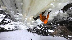KL Conrad Anker beim Eisklettern in Montana