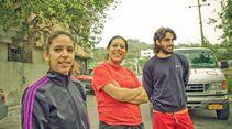 KL-Escalando-Fronteras-Charity-Klettern-Mexiko-Psychologin-Nadia-links-im-Bild-mit-Ehrenamtlichen-Helfern (jpg)