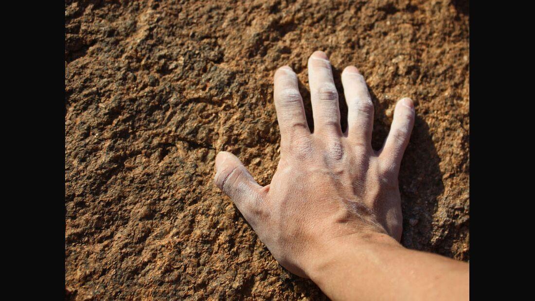 KL Hand auf Fels Wales Chalk Teaser Bild