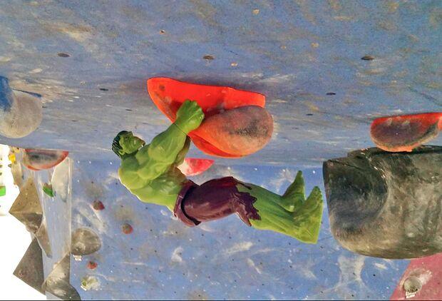 KL Hulk klettert im Dach