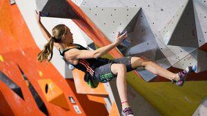 KL Janja Garnbret bouldert im Überhang beim adidas Rockstars Wettkampf