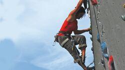 KL Kletter-Technik - Miri klettert an der Kunstwand