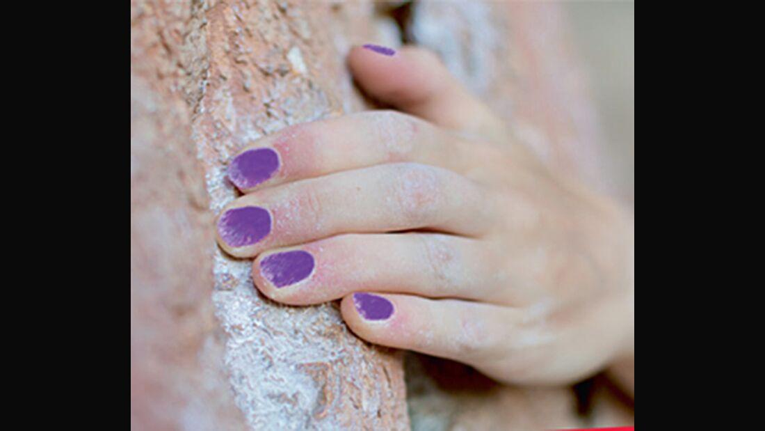 KL Lackierte Nägel beim Bouldern