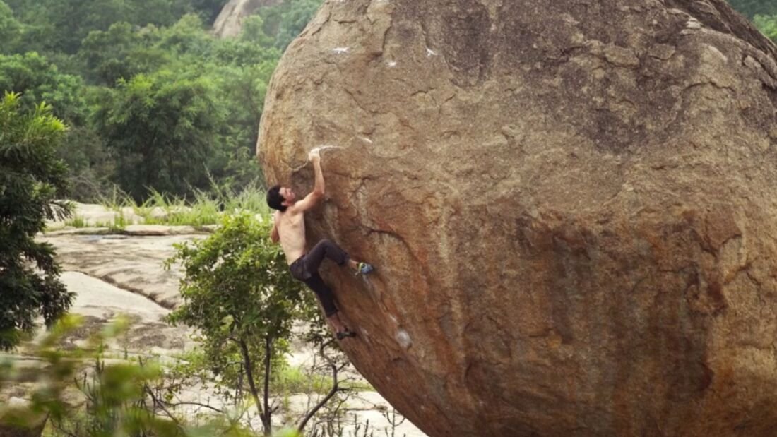 KL Paul Robinson bouldert in Hampi, Indien