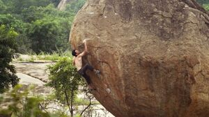 KL Paul Robinson bouldert in Hampi, Indien