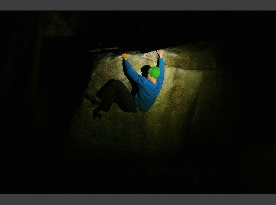 KL-Petzl-Foto-Contest-klettern-f2e35d6ae938af4a3d55da22ddce3aa8_cresciano-bouldere-083 (jpg)