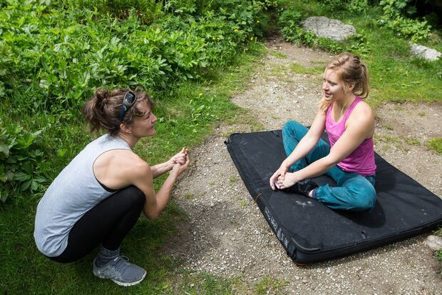 KL Sarah Burmester und Mina Leslie-Wujastyk bouldern Chamonix