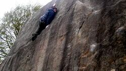 KL Teaserbild Paraclimber bouldert im Peak District einbeinig