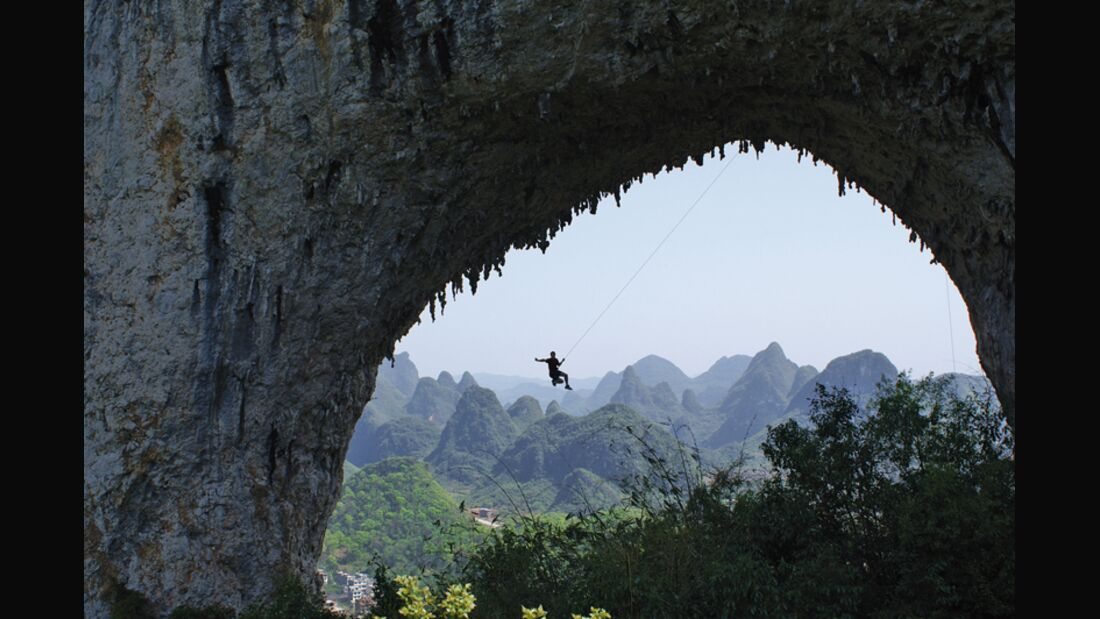 KL-Yangshuo-Swinging-high-on-Moon-Hill-arch (jpg)
