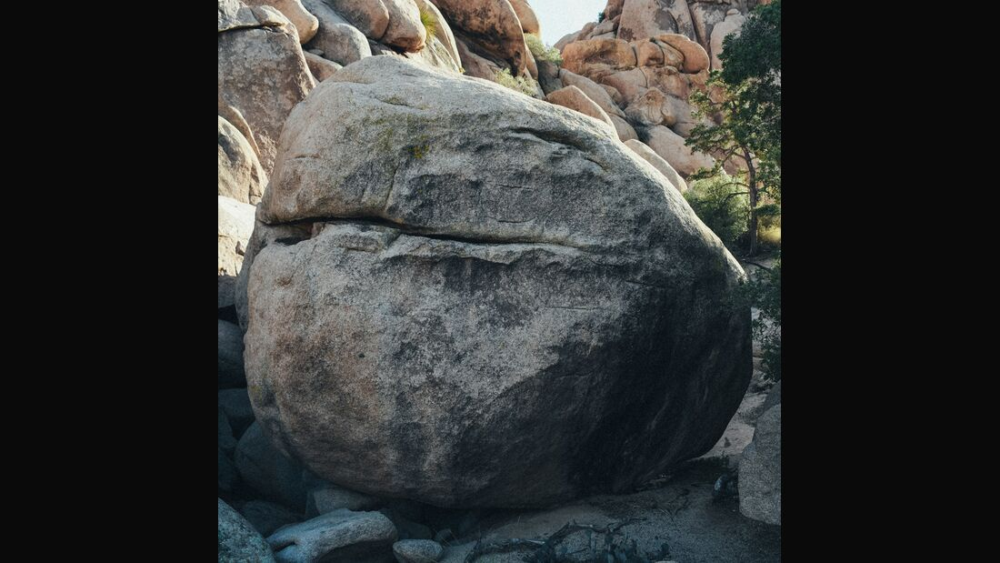 KL-the-beauty-of-rock-Joshua-Tree-bolder