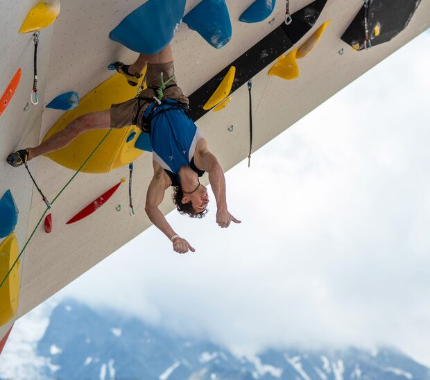 Kletterwettkampf: Adam Ondra findet einen Knieklemmer No-hand-rest beim Lead-Weltcup in Chamonix