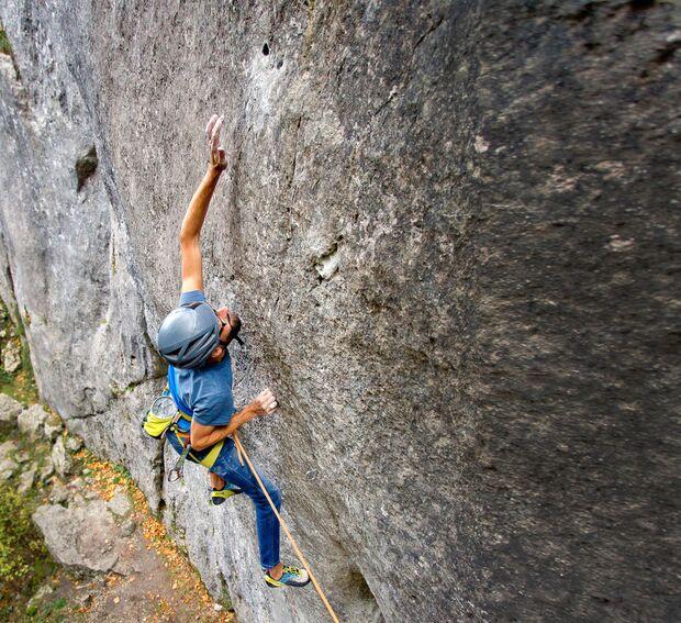 Tilo Moser klettert im Altmühltal