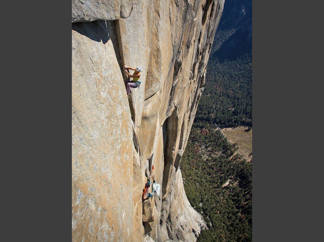kl-alexandra-schweikart-free-el-capitan-alexandra-climbing-the-golden-desert-pitch-5-13a-high-up-on-el-capitan-c-johnny-ingrisch (jpg)