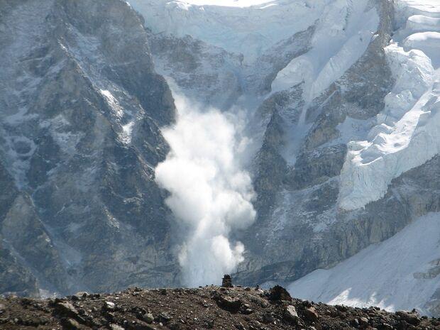 kl-lawine-Avalanche_on_Everest-May-2006-Ilan Adler-public-domain-wikimedia (JPG)